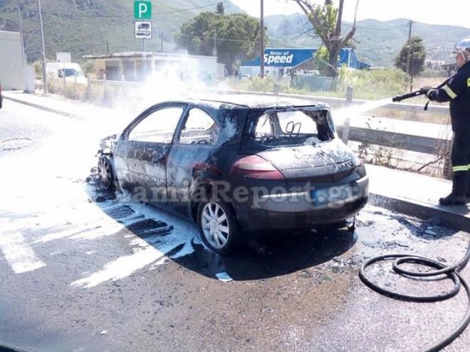 Το αυτοκίνητο που πήρε φωτιά στην εθνική οδό Αθηνών - Λαμίας κάηκε ολοσχερώς