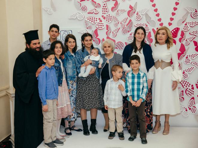 Η Πρεσβυτέρα Ευαγγελία Πρέντου με την οικογένεια της παραλαμβάνει το βραβείο της από την Μαριάννα Β. Βαρδινογιάννη και την Μαρία Γιαννίρη