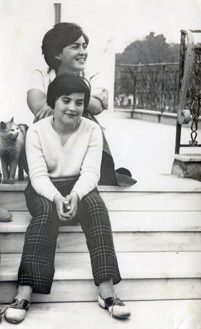 Με την μεγαλύτερη αδερφή της, την Έλσι, στο πατρικό τους στην Κηφισιά
