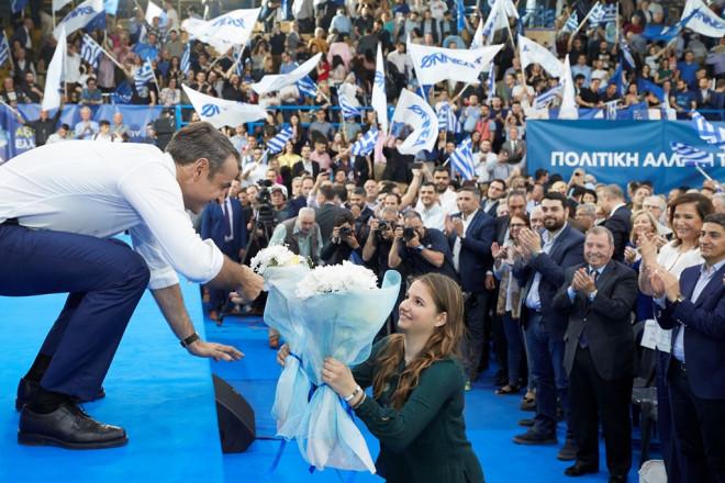 Ο κ. Μητσοτάκης δίνει ανθοδέσμες στην κόρη του