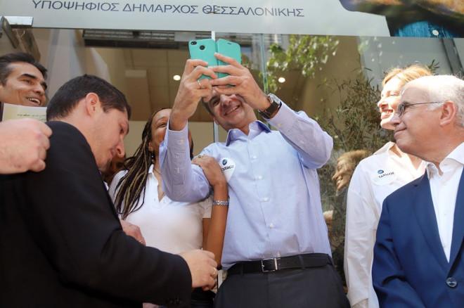 Ο Κυριάκος Μητσοτάκης βγάζει selfie