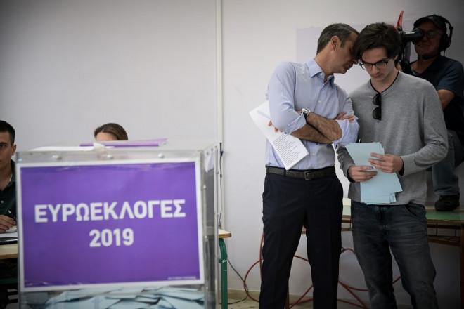 Ο Κυριάκος Μητσοτάκης ψηφίζει με τον γιο του