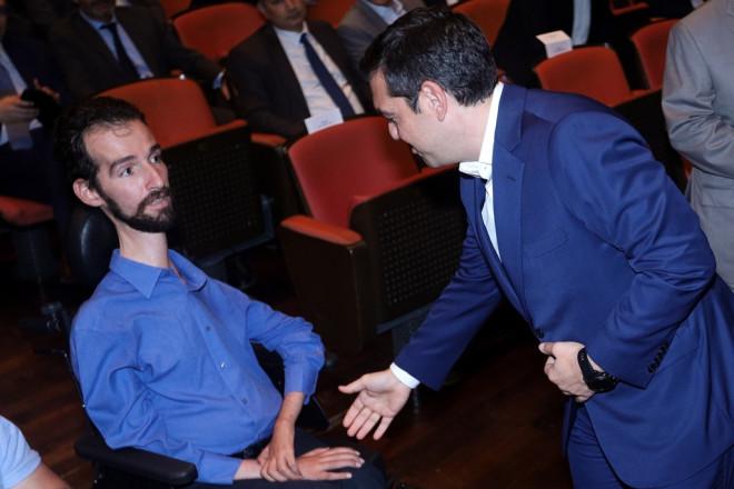 Ο Τσίπρας δίνει το χέρι στον Κυμπουρόπουλο