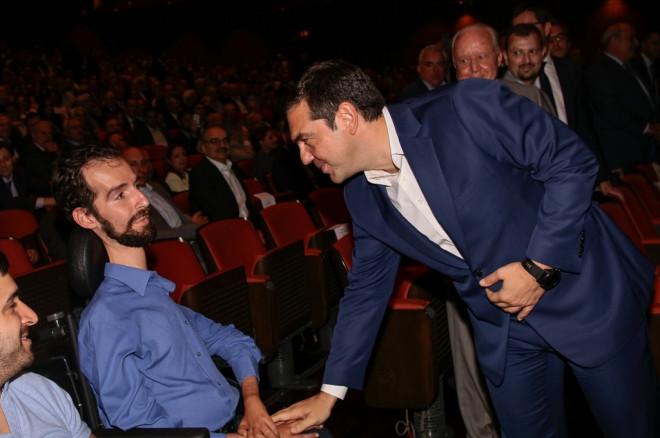 Ο Τσίπρα χαιρετά τον Κυμπουρόπουλο στον ΣΕΤΕ