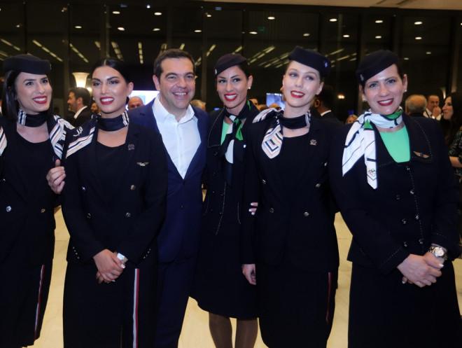 ΣΕΤΕ: Η φωτογραφία Τσίπρα με έξι αεροσυνοδούς