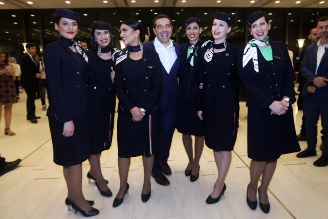 Ο πρωθυπουργός με έξι όμορφες αεροσυνοδούς