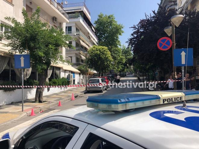 Αστυνομικές αρχές στο σημείο όπου βρέθηκε νεκρή η 63χρονη στην Καλαμαριά