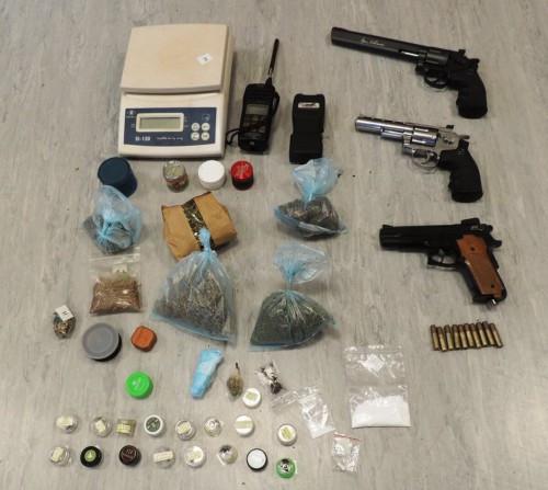 όπλα και τα ναρκωτικά στο στούντιο στην Καλλιθέα που διατηρούσε ο 35χρονος ράπερ
