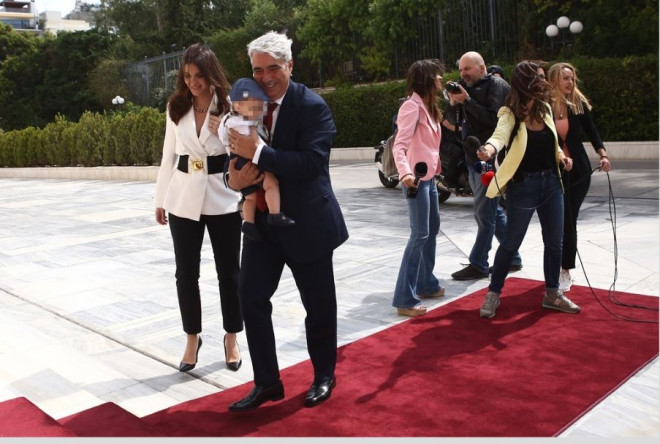 O Σίμος Κεδίκογλου με τον γιο και τη συζυγό του