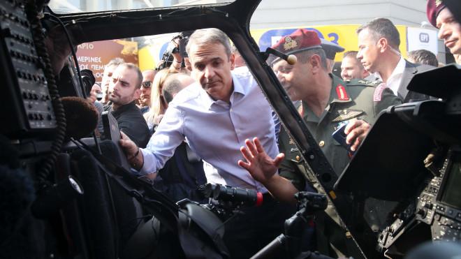 ΔΕΘ: Ο Μητσοτάκης στο περίπτερο του Άμυνας