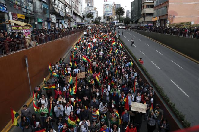 Aντικυβερνητικοί υποστηρικτές κατέβηκαν στους δρόμους της Λα Παζ για να διαμαρτυρηθούν