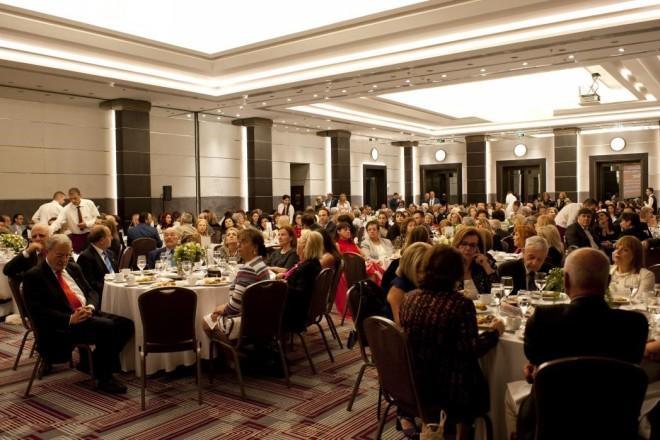 Η αίθουσα δεξιώσεων του Grand Hyatt - Athens,  κατάμεστη από υποστηρικτές του αγώνα της εκρίζωσης της πολυομελίτιδας