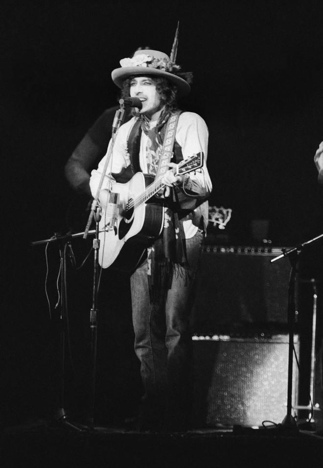 O Bob Dylan τραγουδά μπροστά σε20.000 κόσμου στοMadison Square Garden
