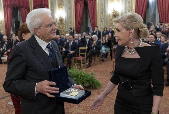 Η Μαριάννα Β. Βαρδινογιάννη παραδίδει στον Ιταλό Πρόεδρο ένα χρυσό κλαδί ελιάς