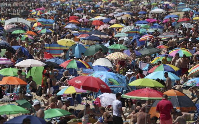 Κορωνοϊός: Σάλος με τις εικόνες συνωστισμού στις παραλίες της ...