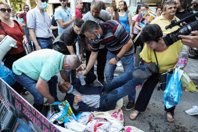 Ο πρόεδρος της ΠΟΕΔΗΝ έπεσε στο έδαφος και τραυματίστηκε