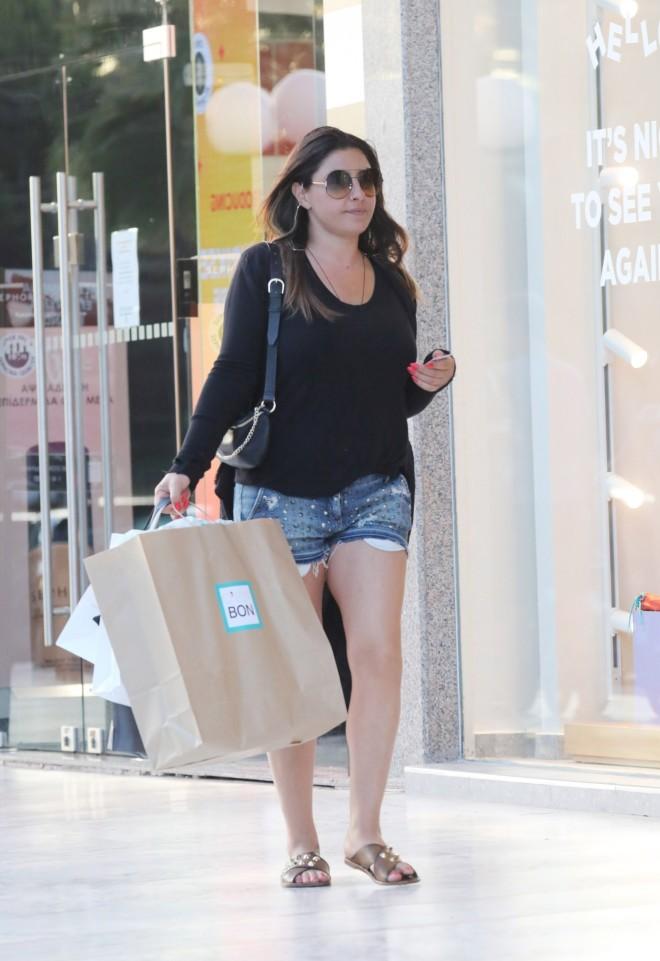 Η Παπαρίζουν για ψώνια στη Γλυφάδα