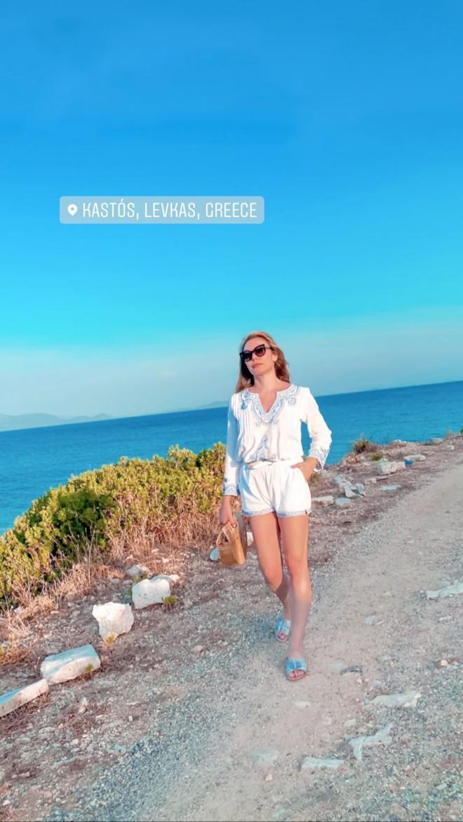 Τατιάνα Στεφανίδου Φωτογραφίζει την κόρη της στον Καστό διακοπές