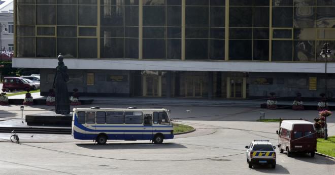 Αυτό είναι το λεωφορείο όπου κρατά τους ομήρους ο ένοπλος στην Ουκρανία
