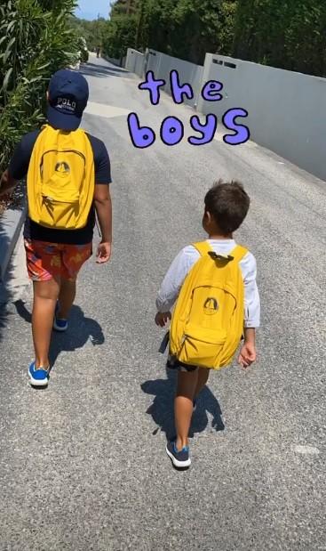 Φαίη Σκορδά Στην παραλία με τους γιους διακοπές