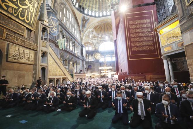 Χιλιάδες μουσουλμάνοι μέσα στην Αγιά Σοφιά για την πρώτη μουσουλμανική προσευχή