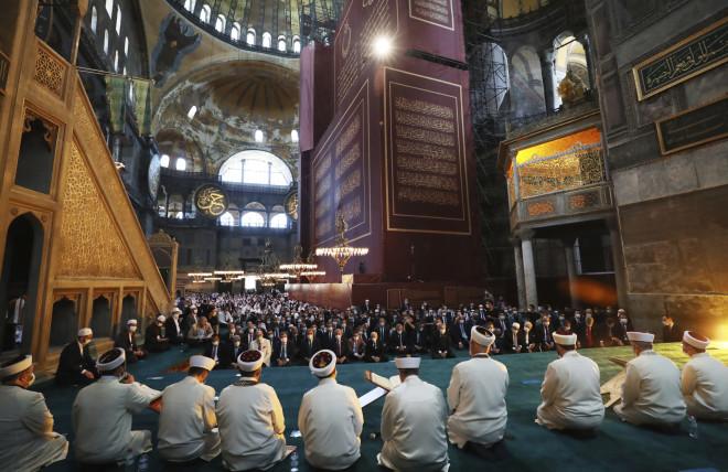 Χιλιάδες μουσουλμάνοι μέσα στην Αγιά Σοφιά για την πρώτη μουσουλμανική προσευχή - Οι βυζαντινές τοιχογραφίες και οι εικόνες της Ορθοδοξίας έχουν όλες καλυφθεί