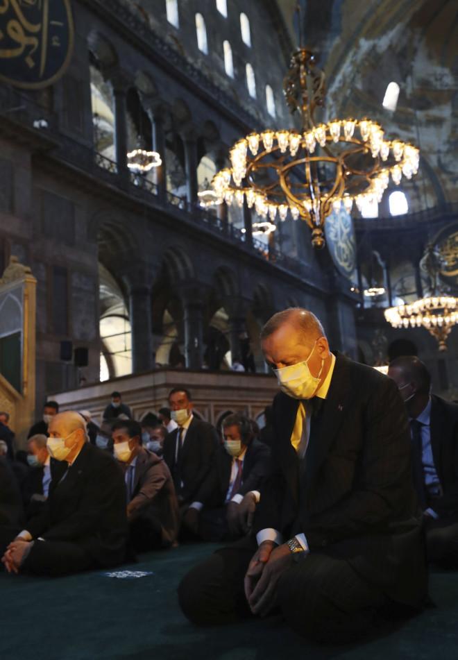 O Eρντογάν προσεύχεται στο λίκνο της Ορθοδοξίας, την Αγιά Σοφιά, την οποία μετέτρεψε σε τζαμί