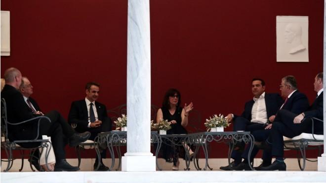 Στιγμιότυπο από τη δεξίωση- Συζήτηση ΠτΔ με πολιτικούς αρχηγούς