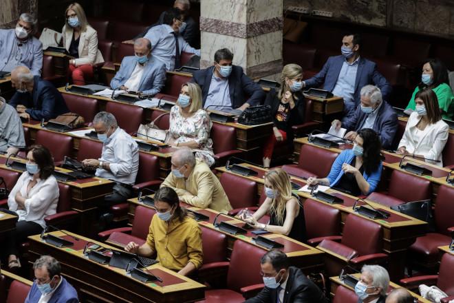Με μάσκες υποχρεωτικά πλέον στη Βουλή 08