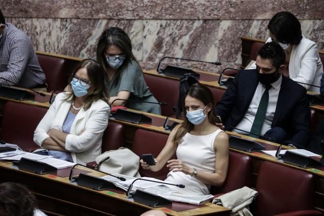 Με μάσκες υποχρεωτικά πλέον στη Βουλή 09
