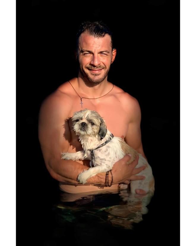 Γιώργος Αγγελόπουλος Φωτογραφήθηκε γυμνός με τον σκύλο του