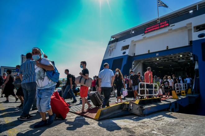 αδειούχοι του Αυγούστου αναχωρούν από το λιμάνι του Πειραιά