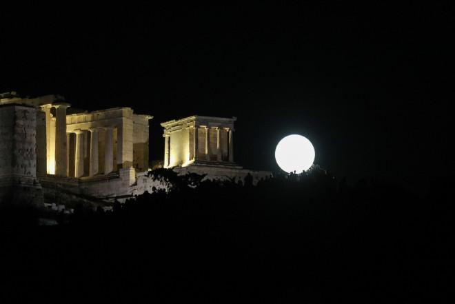 Αυγουστιάτικη Πανσέληνος στο κέντρο της Αθήνας