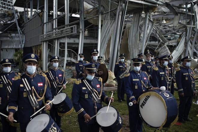Η μπάντα παίζει προς τιμήν των θυμάτων της έκρηξης