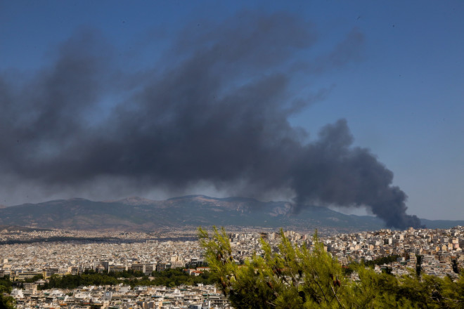 Μαύρος καπνός στην Αθήνα μετά τη φωτιά σε εργοστάσιο στη Μεταμόρφωση