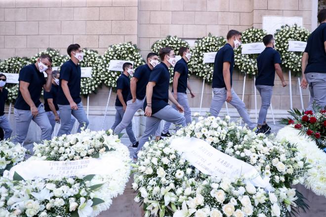 Παίκτες του Ολυμπιακού φορώντας μάσκα με το σύμβολο της ομάδας, στη Μητρόπολη Αθηνών για την κηδεία του Σάββα Θεοδωρίδη