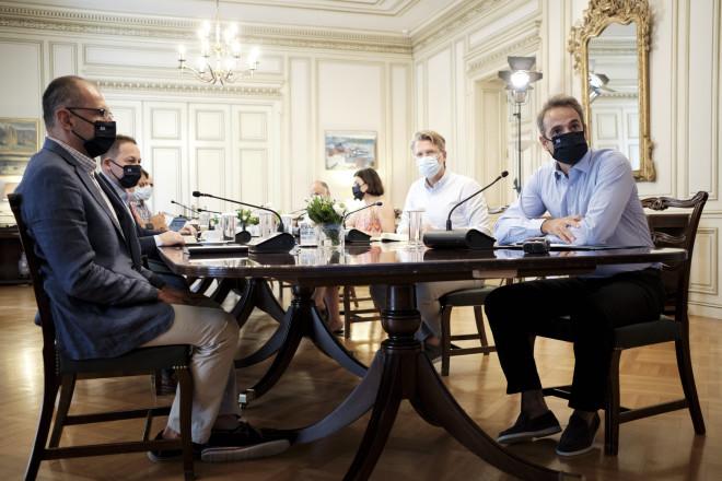 Τηλεδιάσκεψη υπό τον πρωθυπουργό για την εξέλιξη της πανδημίας του κορωνοϊού