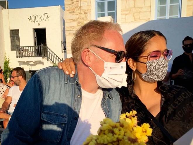 Η Salma Hayek αγκαλιά με τον σύζυγό της σε εστιατόριο της Πάρου, φορώντας και οι δύο μάσκα