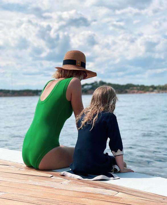 Βίκυ Καγιά Με την κόρη της στην παραλία  Το φανταστικό πράσινο μαγιό της