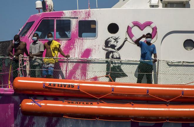 Το σκάφος για τη διάσωση των προσφύγων με το έργο του Banksy