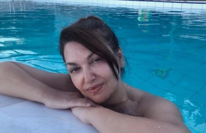 Καίτη Γαρμπή Χωρίς καθόλου μακιγιάζ χαλαρώνει στην πισίνα