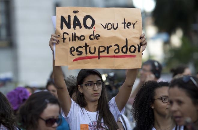 Διαδηλώτρια κρατά πανό που γράφει«Δε θέλω να έχω παιδί από βιαστή», διαμαρτυρόμενη για την απαγόρευση των αμβλώσεων στη Βραζιλία