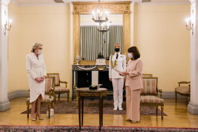 Η κυρία Μαριάννα Β. Βαρδινογιάννη με την Πρόεδρο της Δημοκρατίας, κυρία Κατερίνα Σακελλαροπούλου στο Προεδρικό Μέγαρο