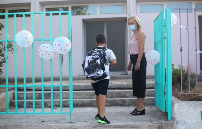 Επέστρεψαν στα σχολεία οι μικροί μαθητές τηρώντας τα μέτρα προστασίας