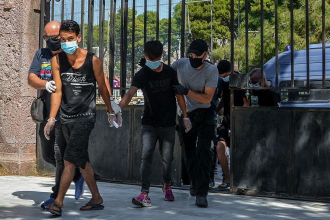 Οι κατηγορούμενοι για τον εμπρησμό στο ΚΥΤ της Μόριας οδηγούνται στον Εισαγγελέα Μυτιλήνης - φώτο Eurokinissi