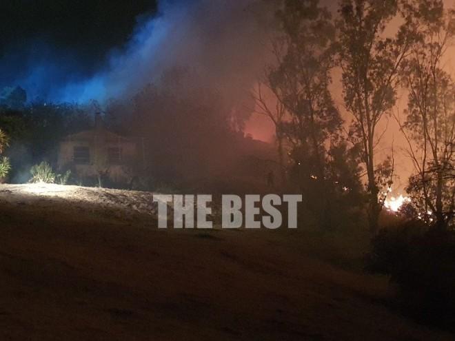 Οι φλόγες κοντά σε σπίτι στα κάτωστα κάτω Συχαινά - φώτο thebest