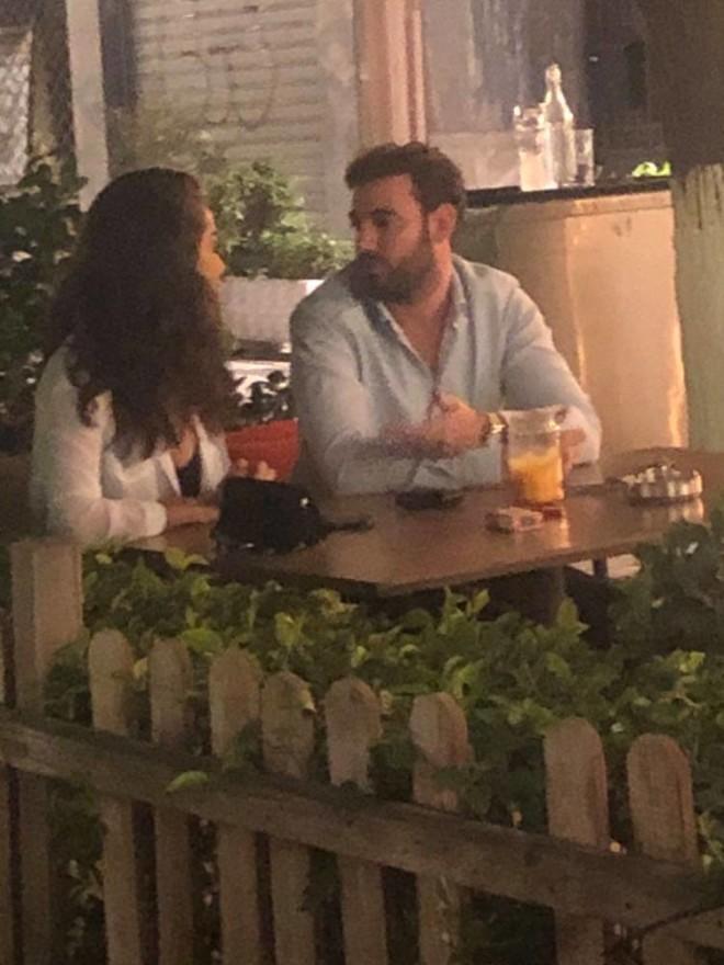 Ο Νίκος Πολυδερόπουλος με τη σύντροφό του
