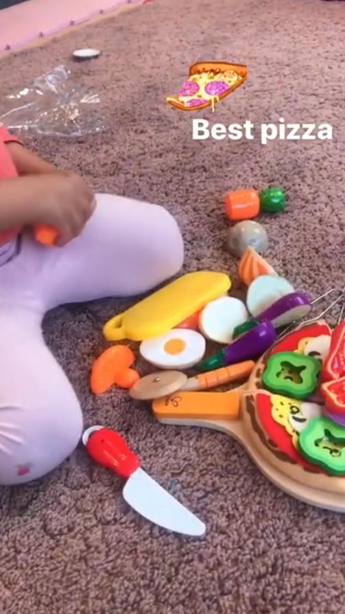 Ελεονώρα Μελέτη Μαγειρεύει στο πάτωμα μαζί με τη 2,5 ετών κόρη της Αλεξάνδρα Instagram