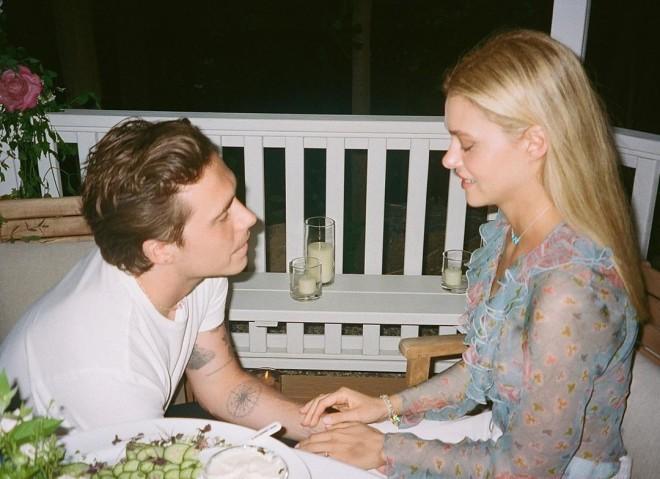 Ο γιος του Μπέκαμ, Μπρούκλιν σχεδόν γυμνός με τη σύζυγό του στο Instagram Νίκολα Πελτζ