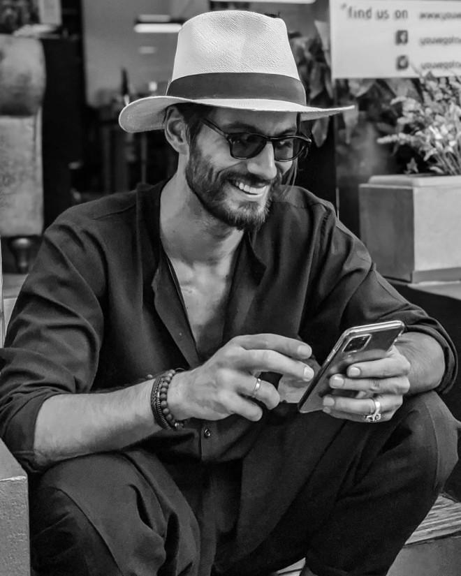 Γιώργος Καράβας Γιατί όλοι οι άντρες θέλουν να ντύνονται σαν τον coach του GNTM 3 στυλ ρούχα